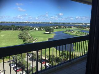 Very nice condo with a great view over the golf, West Palm Beach