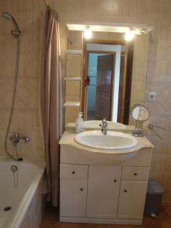 Bathroom, with shower, a bath-tub, bidé and WC. Mirror with good lighting.