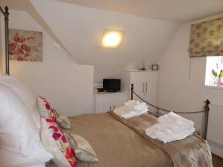 Vanilla Cottage contemporary welcoming master bedroom 5ft bed,TV,USB,Ipod dock, duvet, towels robes