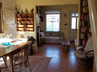 Charming SW London cottage sleeps 4, Hampton