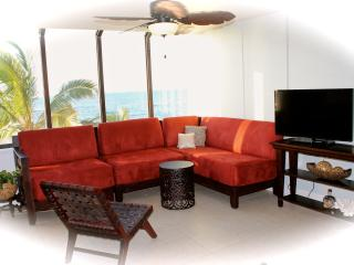 Beautiful Beachfront Condo VIEWS POOL JACUZZI BBQ, Waialua