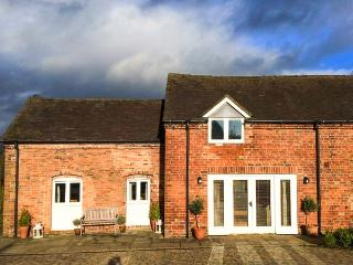 GREENACRES BARN, super king-size beds, WiFi, pet-friendly, spacious accommodatio