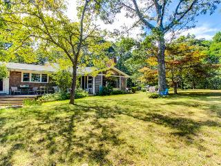 Tranquil and beautifully decorated w/ well-appointed decks - short drive to town, Vineyard Haven