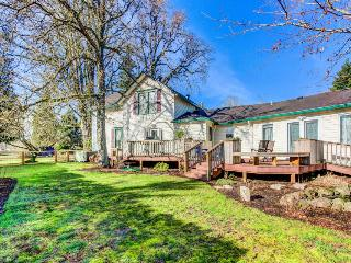 Elegant, dog-friendly home with enclosed yard - wheelchair access!, Newberg