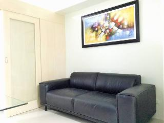 New & Cozy 1 BR Makati w/ Pool (B)