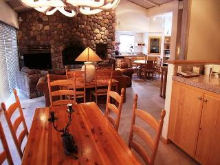 Beautiful 4 bed, 4 bath penthouse walking distance to Canyon Lodge., Mammoth Lakes