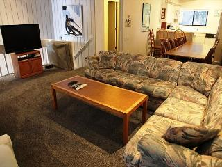 Large 4 bedroom, 3 bath condominium walking distance to Canyon Lodge., Mammoth Lakes
