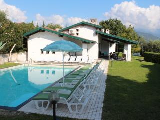 HUGE VILLA BY THE LAKE GARDA.Sleeps 21 PRVATE POOL, San Felice del Benaco