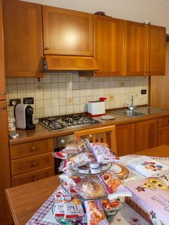 La cucina è corredata di stoviglie, pentole, tovaglie etc.