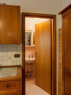 Vista antibagno. Dietro la porta alloggia la lavatrice.