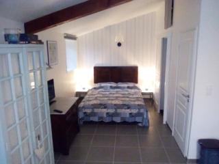 Studio apartment, one night-stay with breakfast nearby Cognac