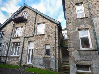 HOLLY DAZE, two-storey apartment, dog-friendly, close to pub, great access to Lake District, in Meathop, Grange-over-Sands, Ref 927215