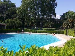 Beau 2 pièces, vue piscine et parc , proche mer