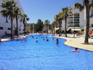 Fantásticos apartamentos con piscina junto la playa. Ideal para famílias. Ref. P
