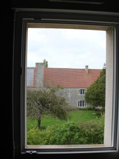 Vue depuis la grande chambre sur le manoir du XVIIIè siècle voisin.