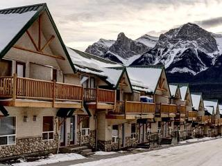 Beautiful Mountain Escape! Pool, Sauna, Canmore