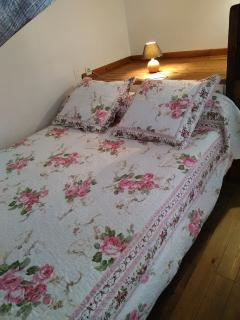 un autre lit double en mezzanine avec fenêtres