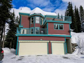 Spacious Ski in-Ski out 1 Bedroom Suite W Hot tub, Silver Star
