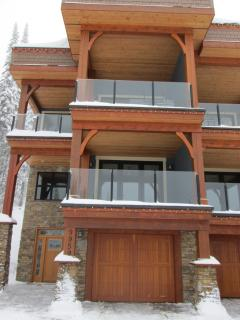 Mountain Jewel - Luxury Duplex Chalet with Private Hot Tub - Ski in/Ski out