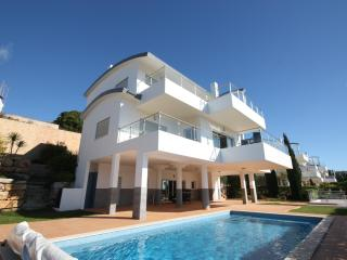 Very large luxury villa - heated pool & sea views, Salema