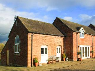 GREENACRES BARN, super king-size bed, WiFi, pet-friendly, spacious accommodation, near Alton Towers, Alton, Ref 931233