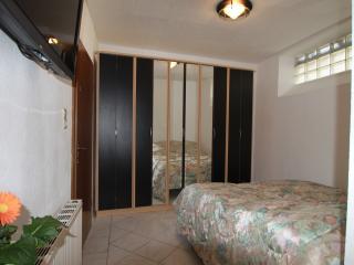 Schlafzimmer mit Doppelbett 180cm breit