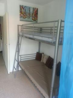 2 lits superposés de 90*200 face à la télé pour les enfants