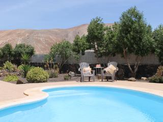 Large villa with pool, free Wi-Fi, in a quiet area, Corralejo