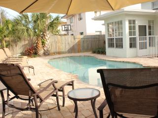 Poolside 2.5BR newly renovated, just off the beach