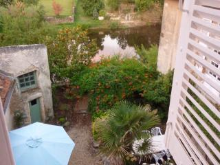 Riverfront home in town, steps to the market, Montmorillon