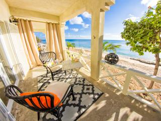 Reef House - Beach Front Apartment - New & Modern, Grand Turk
