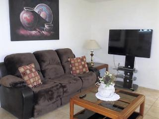 GREAT LOCATION, 5 MINUTES TO STADIUM, GOLF, SHOPPING,  HEATED POOL, SUPER CLEAN