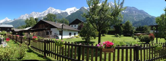 Les chalets du bonheur en vallée de Chamonix. Vue d'été depuis chalet Vallée Verte