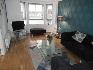 Modern, Central Apartment with Free Parking, Edinburgh
