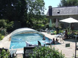 Luxury 2 bedroom cottage, heated allweather pool, Saint-Servant