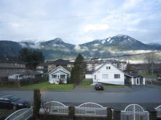 Spacious MOUNTAIN VIEW apartment, walk to shops., Squamish