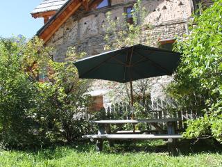 Chalet XVIIIe  entierement renove, gite 7/9 places 110m2 avec jacuzzi et sauna.