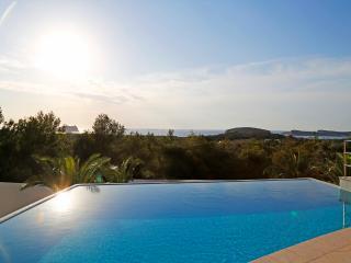 Villa con piscina e vista tramonto vicino al mare