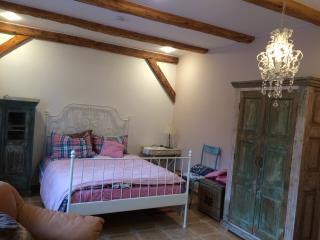 sep. Schlafzimmer mit Doppelbett