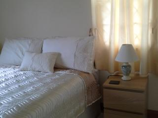 Cosy en suite room available in owner occupied house. Close to Luminous Lagoon.