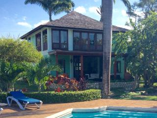 Romantic Luxury Ocean Villa, with Private Maid. Driver/Food/Tours available.
