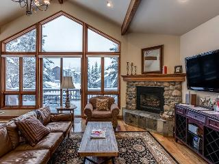 4BR Window-Lined Home - 5 Minutes to the Mountain