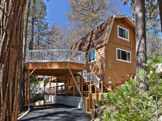 Lovely 'Shea-D Pines' Cabin with Wrap-Around Deck, Idyllwild