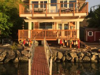 Port Orchard: Charming Beach Cabin with hot tub