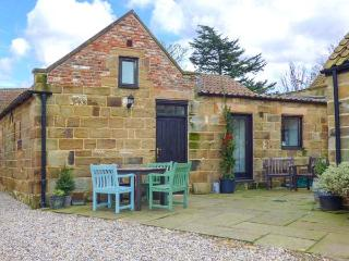 BROOMFIELD, pet-friendly, character holiday cottage, with a garden in Great Ayton, Ref 917833