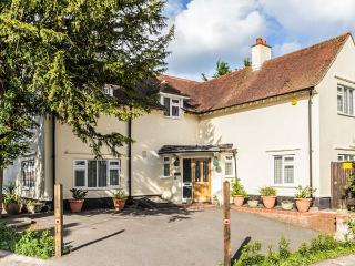 YEW TREE detached, four poster bed, en-suite, pet-friendly, WiFi, in Barfreston, Deal Ref 931341