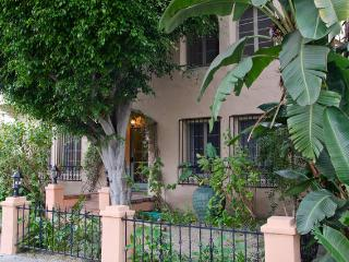 Fabulous Melrose 2 Bedroom with Parking, Los Angeles