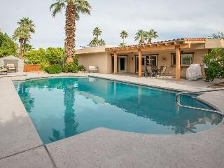 Glamorous Palm Desert getaway with a pool, terrace, and firepit - dogs welcome!