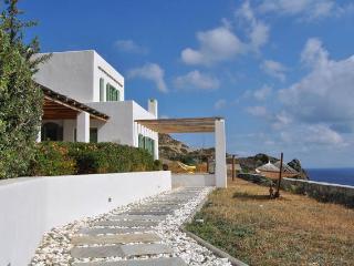 Bravo's Hill Residence (Mantrakia), Triovassalos