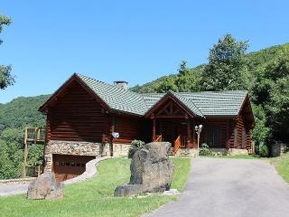 NOW BOOKING -PICTURE PERFECT! Luxurious Log Home w/Mtn Views & Pool Table!